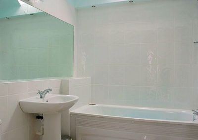 The bathroom @ 8 Torwood Gables, Torquay