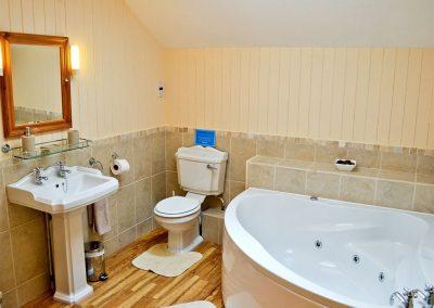 The bathroom at Anneth Lowen, Rescorla Farm Cottages, Rescorla