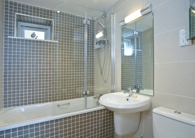 The bathroom @ Avocet 1, The Cove, Brixham