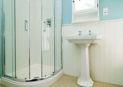 Spacious bathroom with seperate shower @ Bryher Cottage