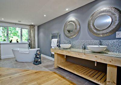 The en-suite at Cedar Lodge, South View Lodges, Shillingford St George