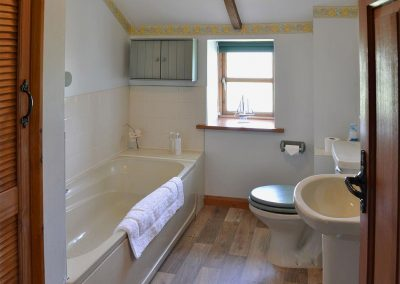 The bathroom at Coachmans Cottage, White Cross