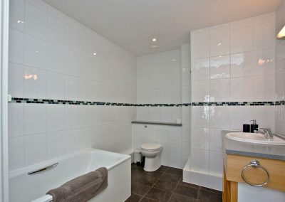 The bathroom at Dame's Violet, 32 Bredon Court, Newquay