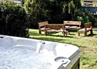 The jacuzzi & garden at Evies Cottage, Higher Brixham