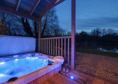 The hot tub & outdoor area at Heron Lodge, South View Lodges, Shillingford St George
