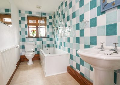 The bathroom at Lynher Cottage, Hatt