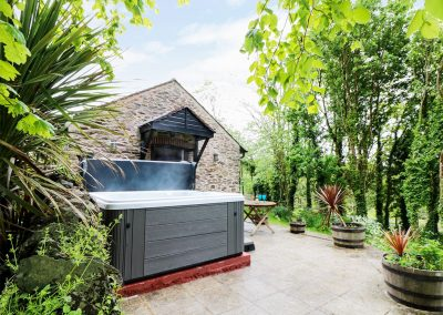 The jacuzzi & sunny patio at Lynher Cottage, Hatt
