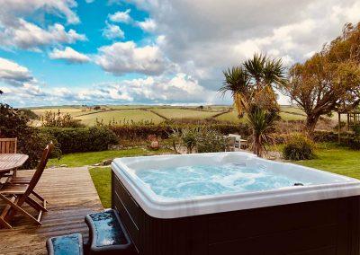 The outdoor patio and hot tub at Nans-Tek, Crackington Haven