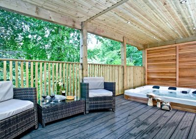 The decked patio & hot tub at Oak Lodge, South View Lodges, Shillingford St George