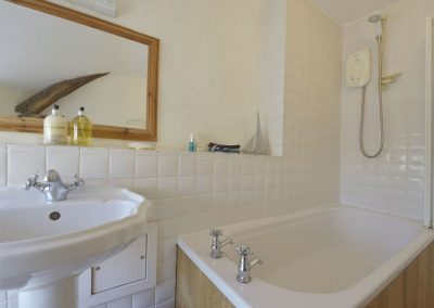The bathroom at Primrose Cottage, Drewsteignton