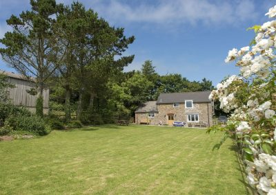 The spacious garden at Salty Cottage, Woodford