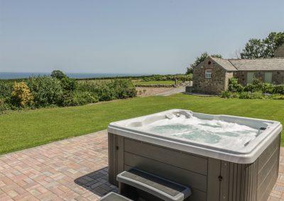 The outdoor hot tub & garden at Silvermine House, Porthpean