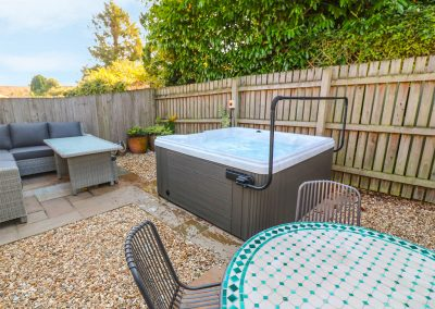 The outdoor courtyard & hot tub at Strawberry Cottage, Penryn