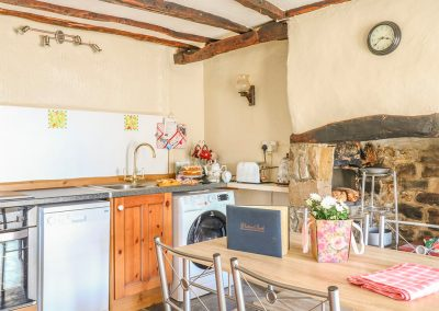 The kitchen & dining area at Tea Cosy Cottage, Marhamchurch