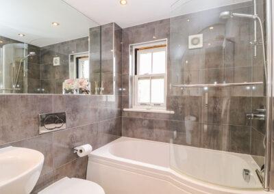 The bathroom at The Creekside, Looe