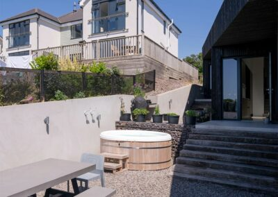 The hot tub & alfresco dining area at The Early Risers, Woolacombe