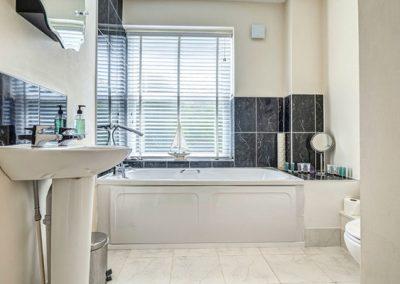The bathroom @ The Hamptons, Torquay