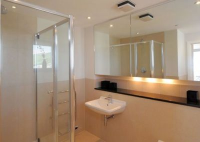 The en-suite to bedroom #1 @ The Penthouse, Nassau Court, Westward Ho!