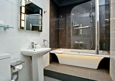 The en-suite bathroom at Wisteria Cottage, Cockington Cottages, Cockington